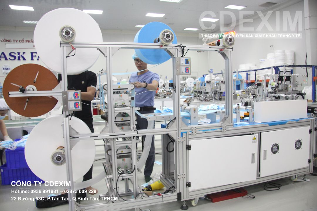 CDEXIM sử dụng màn hình HMI để điều chỉnh vận hành dây chuyền sản xuất khẩu trang y tế
