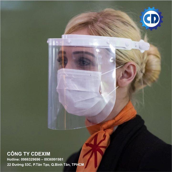 Đeo tấm nhựa che mặt cùng với khẩu trang là biện pháp tốt nhất để bảo vệ bản thân,phòng ngừalây nhiễm Covid-19.