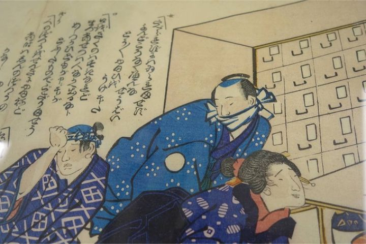 Người đàn ông đeo một miếng vải nhỏ che miệng trong bản khắc gỗ của Tamotsu Hirai. Ảnh: Japan Times